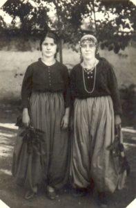 Αγιασωτοπούλες (δεξιά η Ευγενία Καζατζή)