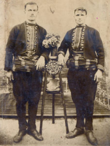 Νέοι με την παραδοσιακή φορεσιά των Πετρωτών Τριγώνου Ορεστιάδας τη δεκαετία του 1930 στην Κομοτηνή