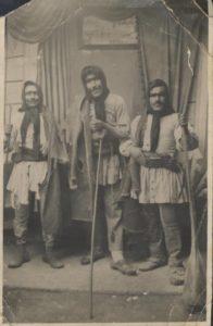 τρεις άντρες ντυμένους μασκαράδες στην περιοχή του Άργους, 1947-194